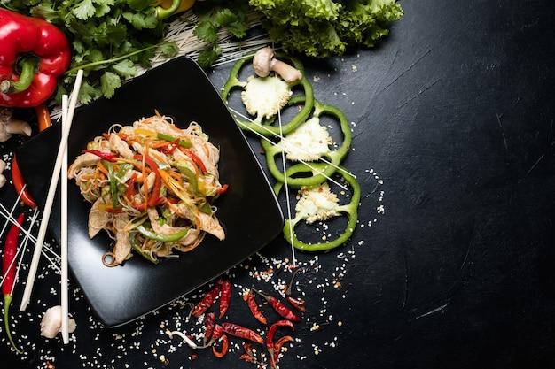 Cozinha asiática. dieta alimentar saudável. alimentação equilibrada. salada de legumes com frango