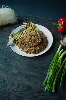 Cozinha asiática. macarrão celofane decorado com legumes