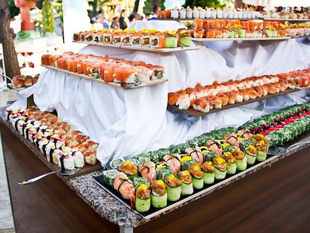 Cozinha asiática. sushi, pãezinhos e sashimi no restaurante
