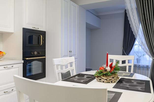 Cozinha branca em estilo clássico pouco antes do natal