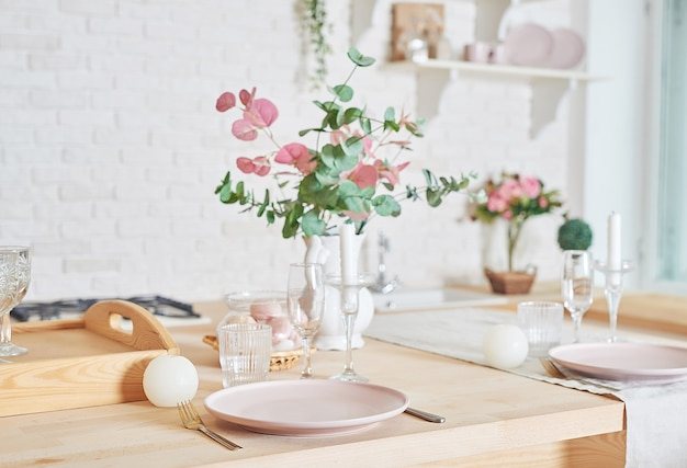 Cozinha branca em estilo loft interior. utensílios de cozinha e prateleiras.