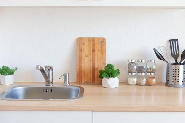 Cozinha branca moderna, design de interiores em estilo contemporâneo