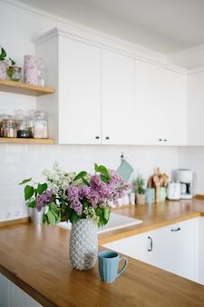 Cozinha branca moderna em estilo escandinavo