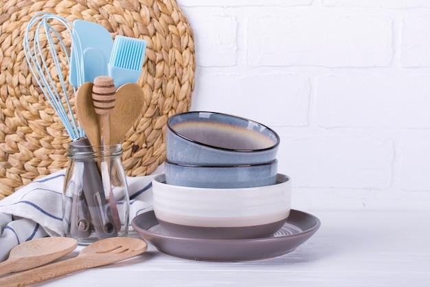 Cozinha caseira simples ainda vida. conjunto de pratos de porcelana. utensílio de cozinha