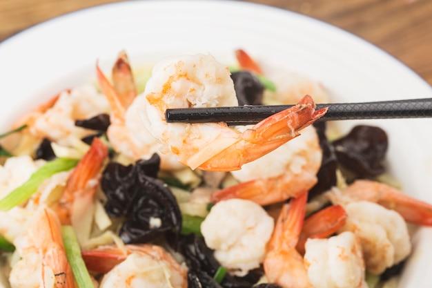 Cozinha chinesa: camarão frito com brotos de bambu e fungos,