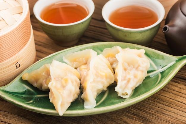 Cozinha chinesa: um prato de bolinhos de massa cozidos no vapor