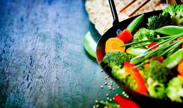 Cozinha chinesa. wok cozinhar legumes.