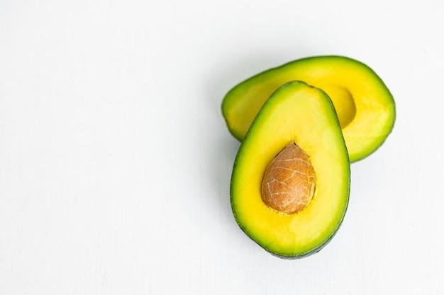 Cozinha com abacate maduro e delicioso chef de cozinha saudável e saudável com frutas crus