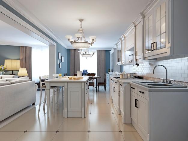 Cozinha com armários brancos e backsplash em tijolo branco e armários embutidos e bancada em granito.