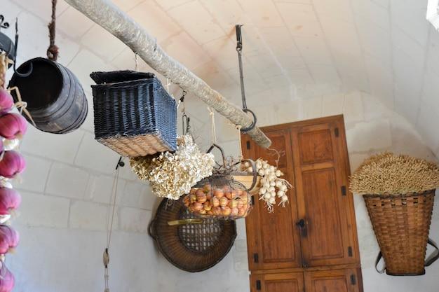 Cozinha com cestos de palha no castelo de chenonceau