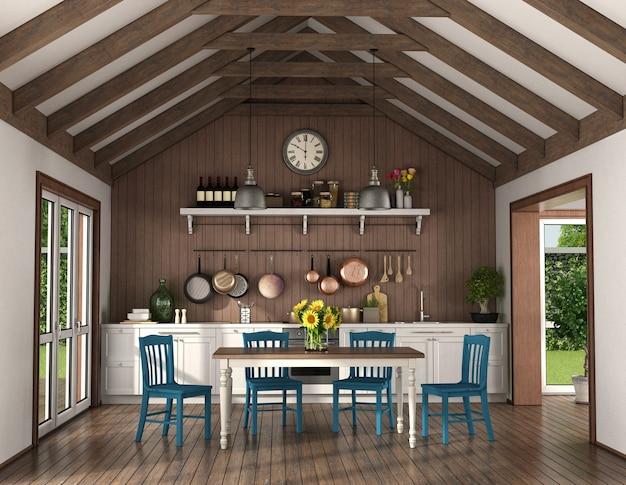Cozinha de estilo retro com mesa de jantar e cadeiras em uma sala com treliças de madeira no telhado