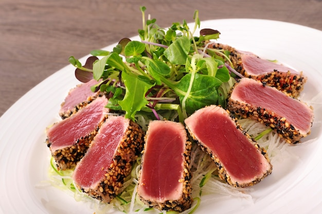 Cozinha de fusão com salada verde