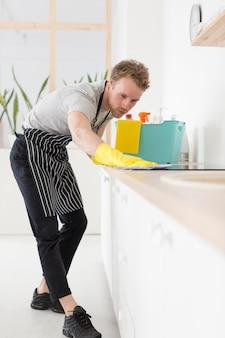 Cozinha de limpeza de homem de ângulo baixo