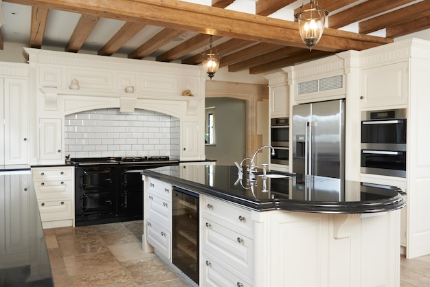 Cozinha de luxo em casa com teto com vigas