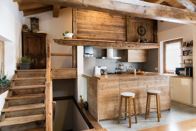 Cozinha de madeira em estilo chalé