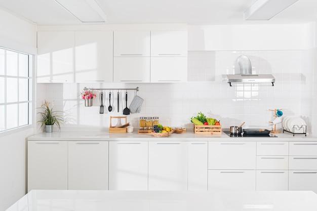 Cozinha de sonho branca pura que é totalmente imaculada