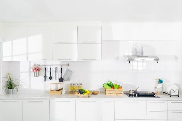 Cozinha de sonho branca pura que é totalmente impecável.