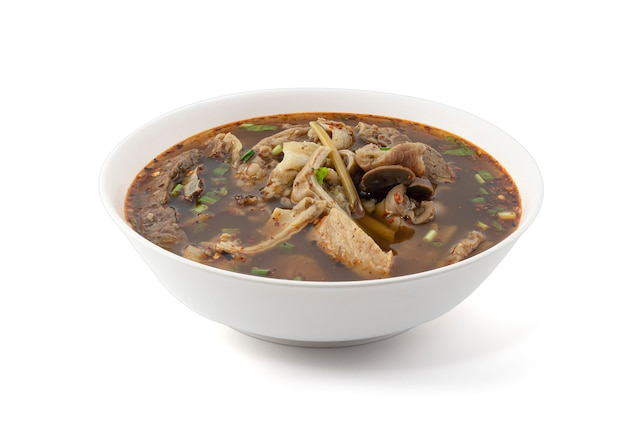 Cozinha e comida tailandesas, deliciosa sopa quente e azeda picante clara tailandesa com entradas de carne isoladas