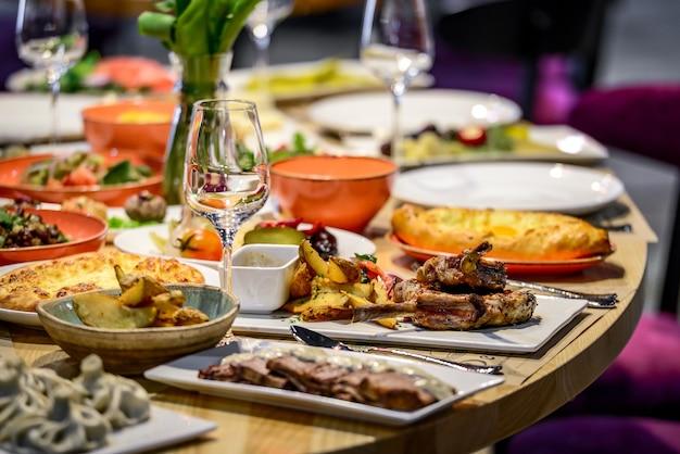 Cozinha e comida tradicional georgiana - khinkali, chahokhbili, phali, lobio e molhos locais