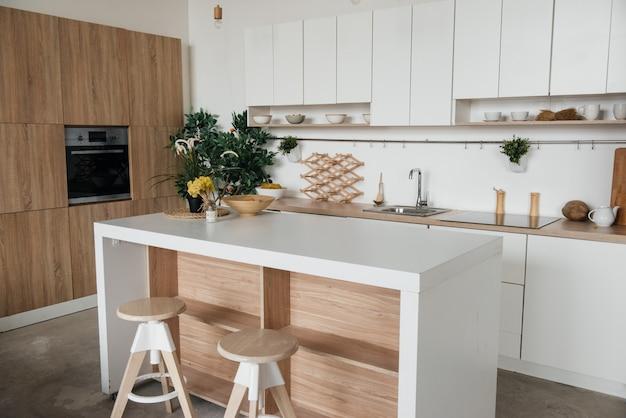 Cozinha elegante em madeira branca e marrom. estilo minimalista.