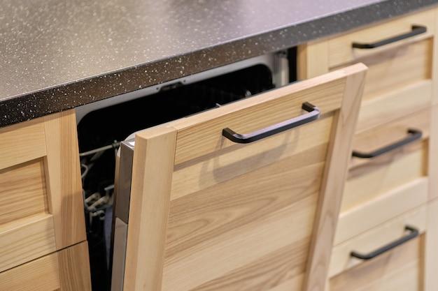 Cozinha embutida em móveis de madeira com lava-louças
