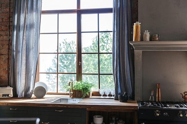 Cozinha escandinava clássica minimalista em cinza escuro com detalhes em madeira