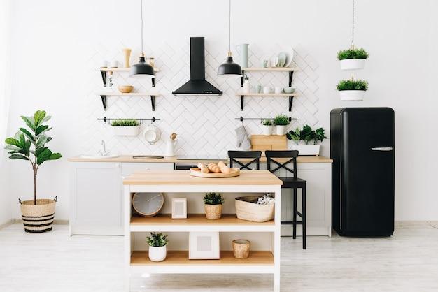 Cozinha escandinava moderna e bem iluminada com azulejos brancos.