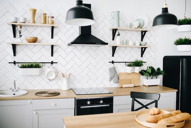 Cozinha escandinava moderna espaçosa, com ladrilhos brancos. quarto luminoso. interior moderno.