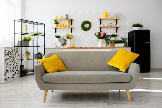 Cozinha escandinava moderna espaçosa, com ladrilhos brancos. sala iluminada. interior moderno.