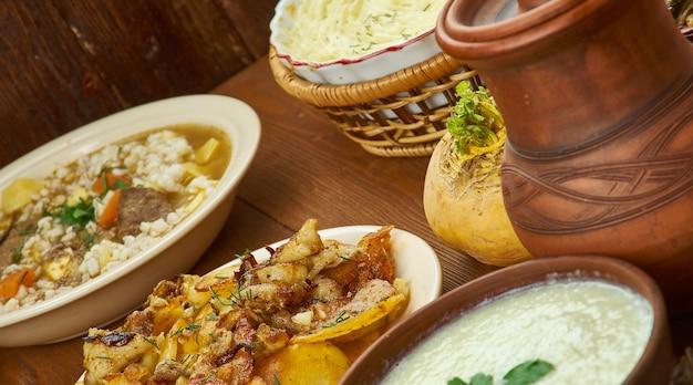 Cozinha escocesa, pratos tradicionais variados, vista superior.