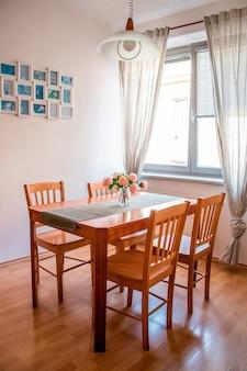 Cozinha espaçosa e luminosa, com mesa de madeira e decoração fofa