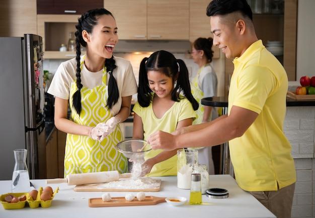Cozinha familiar feliz de tiro médio
