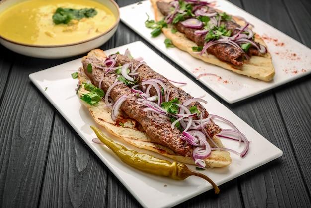 Cozinha georgiana - lulia kebab, com cebolas grelhadas, cozinha tradicional georgiana, no pão