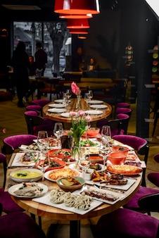 Cozinha georgiana. uma grande mesa posta com diversos pratos para toda a família em um dia de folga.