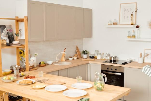 Cozinha grande em apartamento ou casa contemporânea