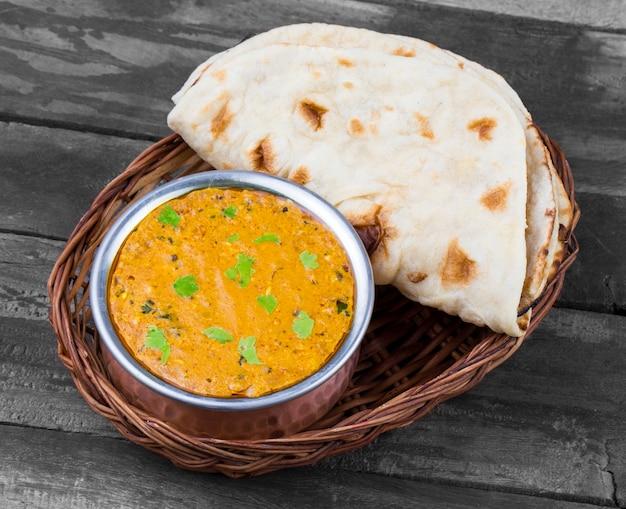 Cozinha indiana dal makhani em fundo de madeira