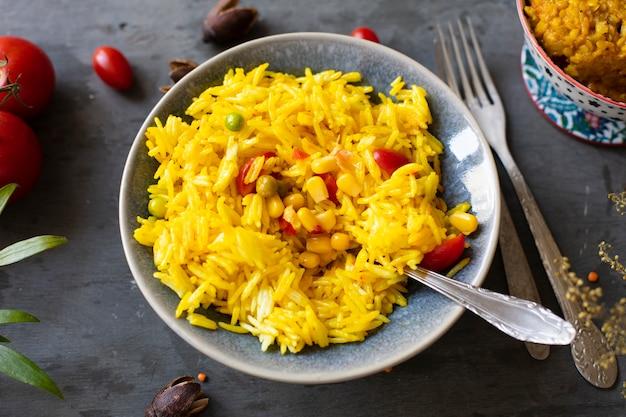 Cozinha indiana de milho de arroz e ervilhas verdes