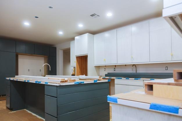 Cozinha instalada em um novo apartamento na frente.
