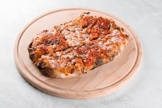 Cozinha italiana gourmet pinsa romana em fundo branco. scrocchiarella. pinsa com calabresa, tomate, queijo.