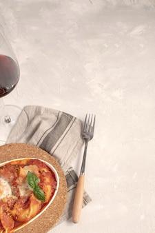 Cozinha italiana, massas planas assadas com molho de tomate e mussarela.