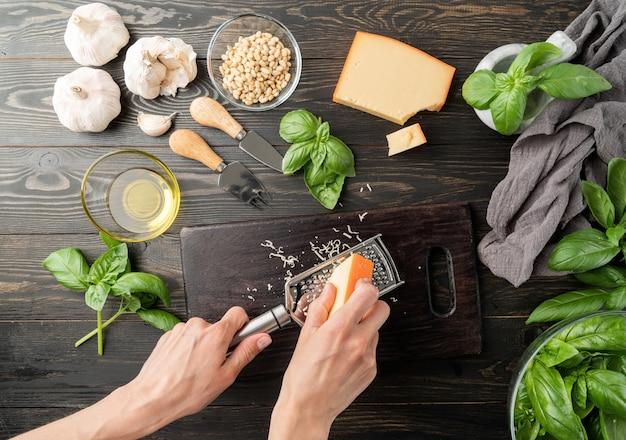 Cozinha italiana. passo a passo cozinhando molho pesto italiano. etapa 3 - ralar queijo parmesão