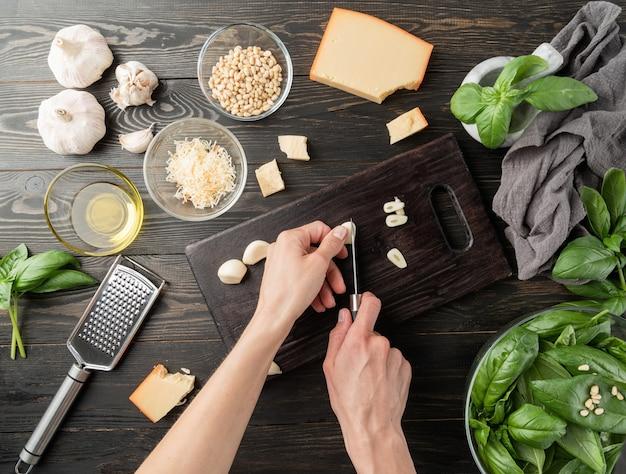 Cozinha italiana. passo a passo cozinhando molho pesto italiano. etapa 4 - corte de alho
