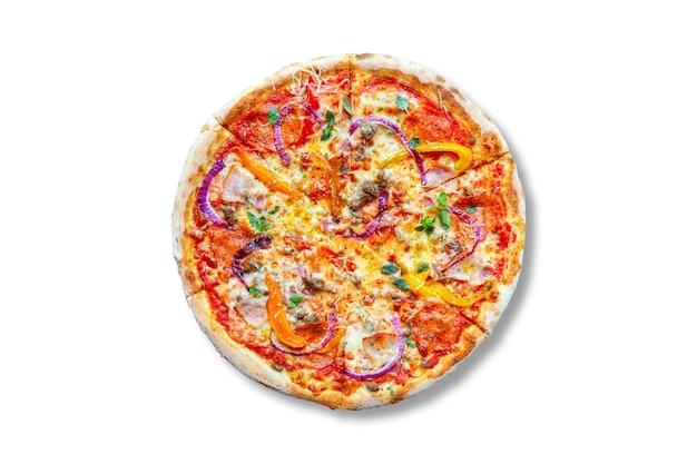 Cozinha italiana. pizza saborosa fresca. pizza com tomate, mussarela, calabresa, cebola, parmesão e bacon isolado no branco.