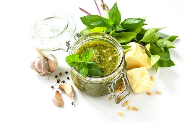 Cozinha italiana saudável molho pesto verde isolado em um fundo branco