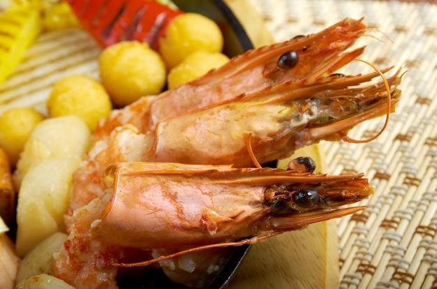 Cozinha japonesa. bife de salmão com camarão real