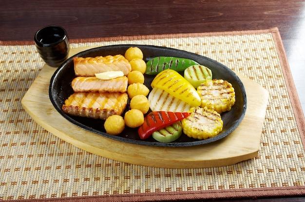Cozinha japonesa. bife de salmão com legumes