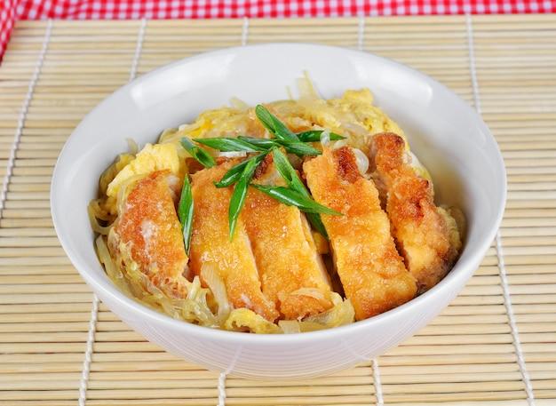 Cozinha japonesa, costeleta de porco e ovo no arroz (katsudon)