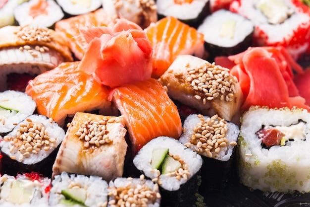 Cozinha japonesa - diferentes tipos de rolinhos de sushi de perto