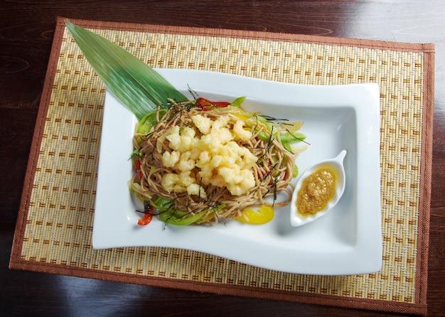 Cozinha japonesa. macarrão de soba e tempura, frutos do mar e vegetais