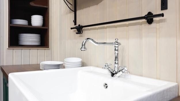 Cozinha leve em estilo clássico com uma batedeira de luxo e pia de cerâmica